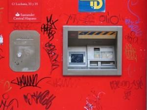 bank in de muur